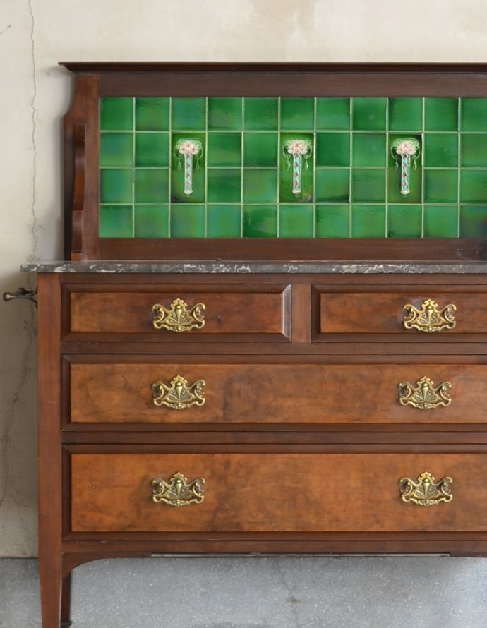 アンティーク家具 英国アンティーク家具、木目もグリーンのタイルも美しいウォッシュハンドスタンド(チェスト)。見せるインテリアとして代わるものがない位、素敵です。(q-682-f)