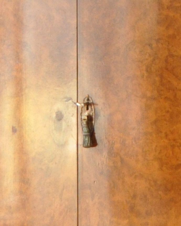 q-730-f アンティークカップボードチェストの鍵穴1