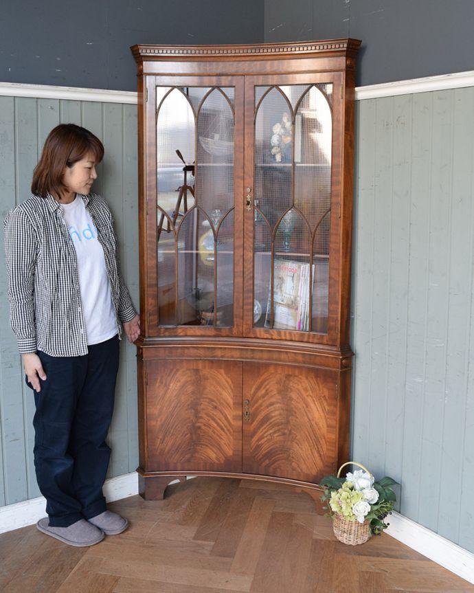 アンティークのキャビネット アンティーク家具 英国輸入のアンティーク家具、曲線が美しいコーナーキャビネット。お部屋の角にすっぽり収まる飾り棚!コーナーのオシャレにいかが?(モデルの身長は157cmです)。(q-976-f)