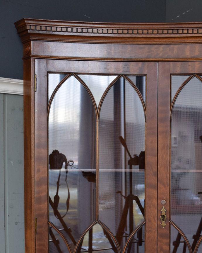 アンティークのキャビネット アンティーク家具 英国輸入のアンティーク家具、曲線が美しいコーナーキャビネット。どんなものを飾っても、素敵に見えてしまうキャビネット。(q-976-f)