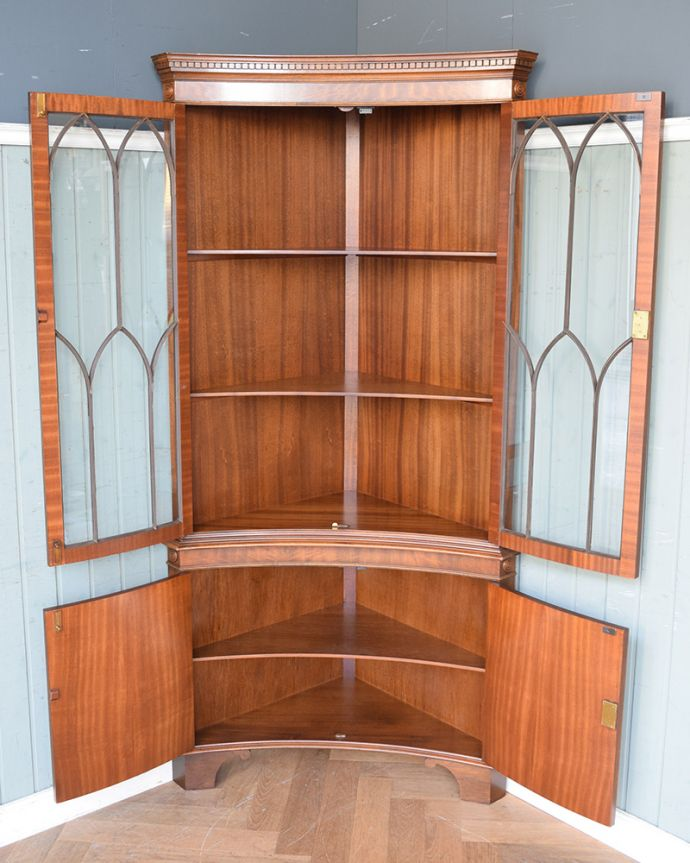 アンティークのキャビネット アンティーク家具 英国輸入のアンティーク家具、曲線が美しいコーナーキャビネット。何を入れようか迷ってしまいますね。(q-976-f)