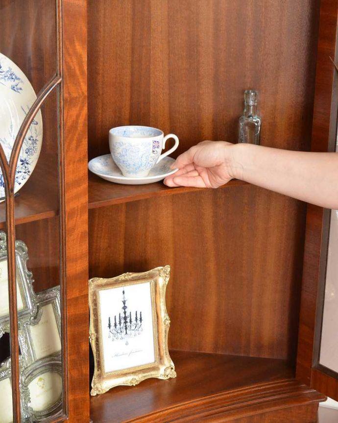 アンティークのキャビネット アンティーク家具 英国輸入のアンティーク家具、曲線が美しいコーナーキャビネット。何を入れてもOK!全部が素敵に見えちゃう!飾るものがないから…なんて思わないで、お家にあるお客様用のカップなどを入れてみましょう。(q-976-f)