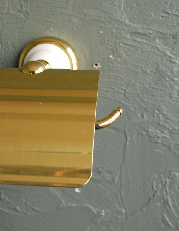 洗面・トイレ 住宅用パーツ 陶器×真鍮ペーパーホルダー (ゴールド)。清潔感がある白い陶器と真鍮ゴールドカラーのペーパーホルダーです。(sa-220)