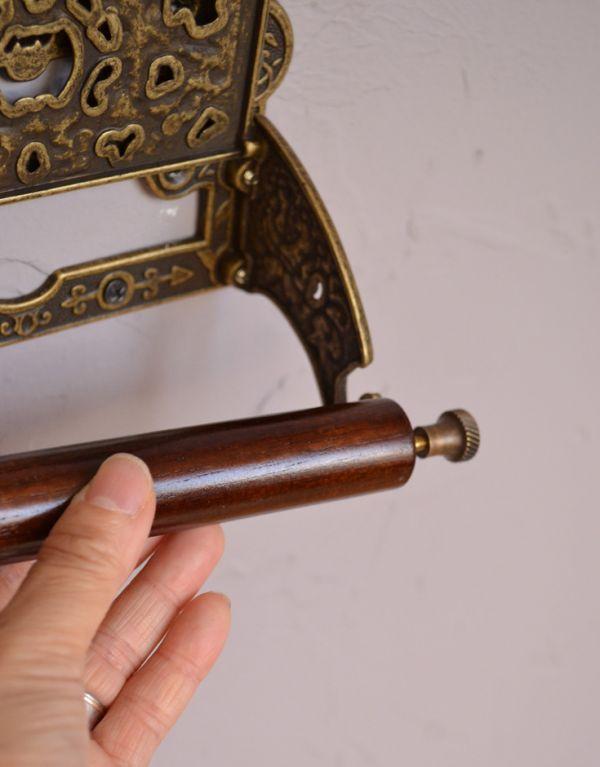 洗面・トイレ 住宅用パーツ 真鍮製クラシカルなペーパーホルダー(アンティーク色)。差込バーは木製で、交換も簡単です。(sa-238)