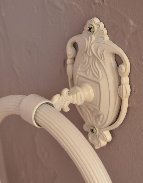 洗面・トイレ 住宅用パーツ ヨーロピアン調の真鍮製タオルリング(アンティークホワイト)。アラベスク調の優雅な台座と、装飾を施したバーが美しく調和します。(sa-422)