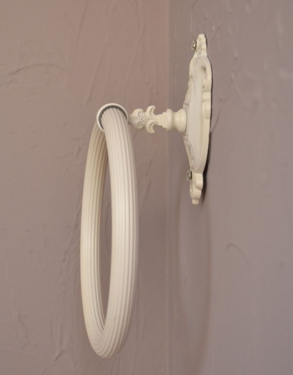 洗面・トイレ 住宅用パーツ ヨーロピアン調の真鍮製タオルリング(アンティークホワイト)。清潔で爽やかな印象も感じさせてくれます。(sa-422)