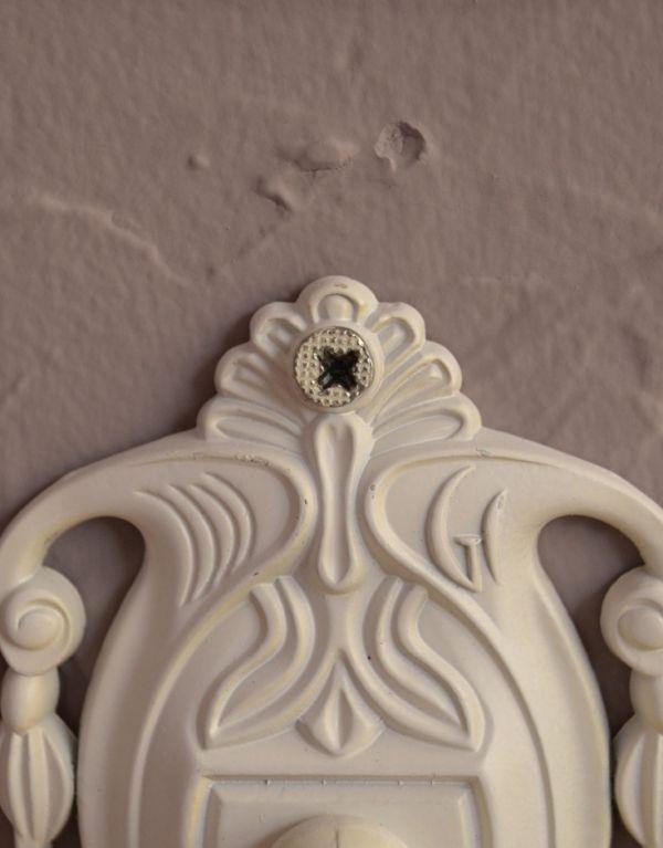 洗面・トイレ 住宅用パーツ ヨーロピアン調の真鍮製タオルリング(アンティークホワイト)。ビスも台座柄の一部として溶け込み目立たないようこだわって作られたデザインです。(sa-422)