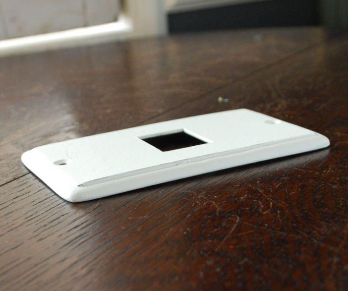 スイッチ・スイッチカバー 住宅用パーツ ナチュラルでシンプルな真鍮スイッチカバー(ホワイト・シングルタイプ)。厚みはこんな感じです。(sc-01-a)