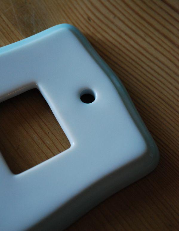 スイッチ・スイッチカバー 住宅用パーツ 陶器製スイッチプレート(ダブルタイプ)電気スイッチ。陶器に淡いブルーの吹きつけ仕上げです。(sc-16-b)