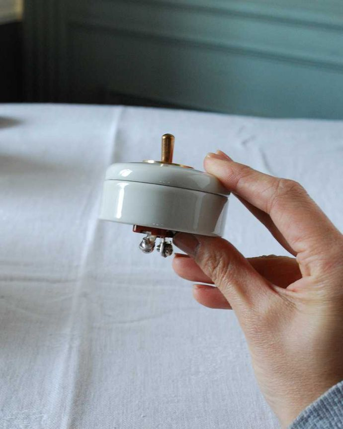 スイッチ・スイッチカバー 住宅用パーツ 陶器×真鍮の電気スイッチ  ホワイト(シングルスイッチ)。片手でスイッチON!オン・オフするのが楽しくなっちゃう形。(sw-10)