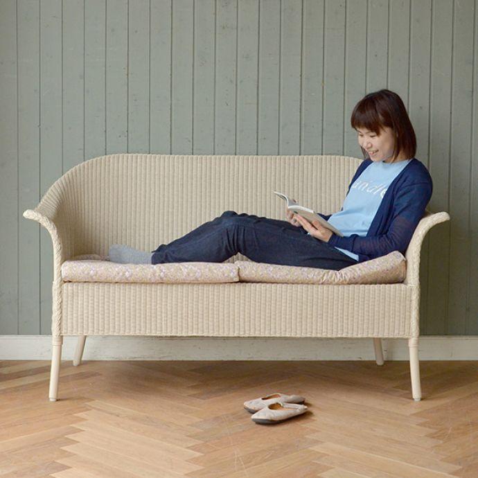 Handleオリジナル アンティーク風 ロイドルームの椅子、8色から選べるHandleオリジナルのロイドルームソファ。1人だと足を伸ばして・・・自分だけの時間を楽しむ時は、足を伸ばしたり、あぐらをかいたり・・・一番ラクな体勢でくつろいでください。(hol-07)