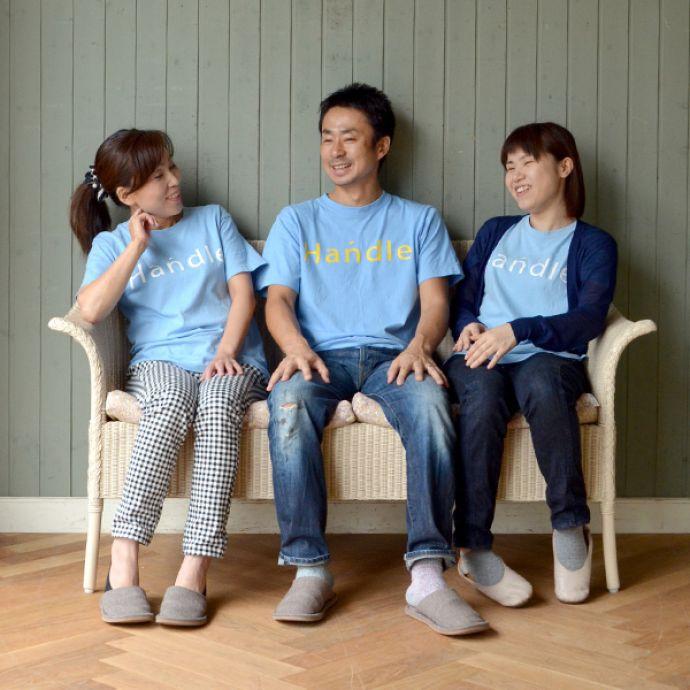Handleオリジナル アンティーク風 ロイドルームの椅子、8色から選べるHandleオリジナルのロイドルームソファ。3人座ると・・・オトナが3人座るとこんな感じです。(hol-07)