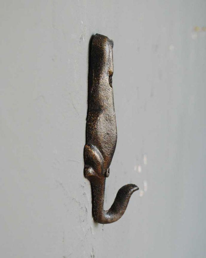 フック・フックボード 住宅用パーツ 犬の後ろ姿が可愛い便利に使えるアンティーク風のキャストシングルフック(ビス付き)。横から見ると・・・見た目だけじゃなく、モノがしっかり掛けれるようになっています。(u-866)