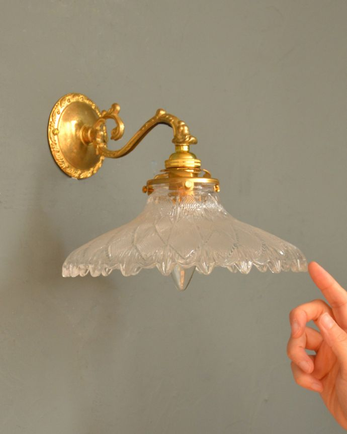 Handleオリジナル 照明・ライティング Handleオリジナルの真鍮壁付けブラケット(E17シャンデリア球・ギャラリーA付)。壁からの灯りでお部屋を素敵に照らしませんか?下向きタイプの壁付け照明は、洗面所や廊下などはもちろんリビングなど、いろんな場所で実用的にお使い頂けます。(wr-070-o)