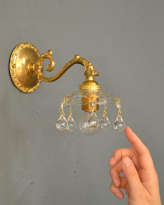 Handleオリジナル 照明・ライティング Handleオリジナルガラス皿のウォールシャンデリアA(丸球付・ギャラリーなし)。キラキラ輝く本物の輝きヨーロッパから取り寄せた真鍮のパーツを組み合わせて作ったHandleオリジナルの壁付けブラケットに、ガラスのお皿×ビーズのプチシャンデリアを組み合わせました。(wr-090g-o)