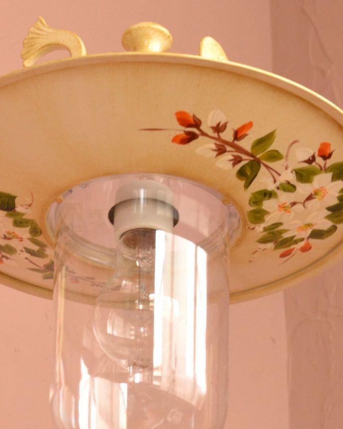 壁付けブラケット 照明・ライティング アンティーク調のおしゃれな外灯、お花の模様のウォールブラケット(アイボリー)(電球セット) 下から見上げると・・・シェード部分には、ハンドペイントで描かれた可愛らしいお花の模様が。(wr-117)