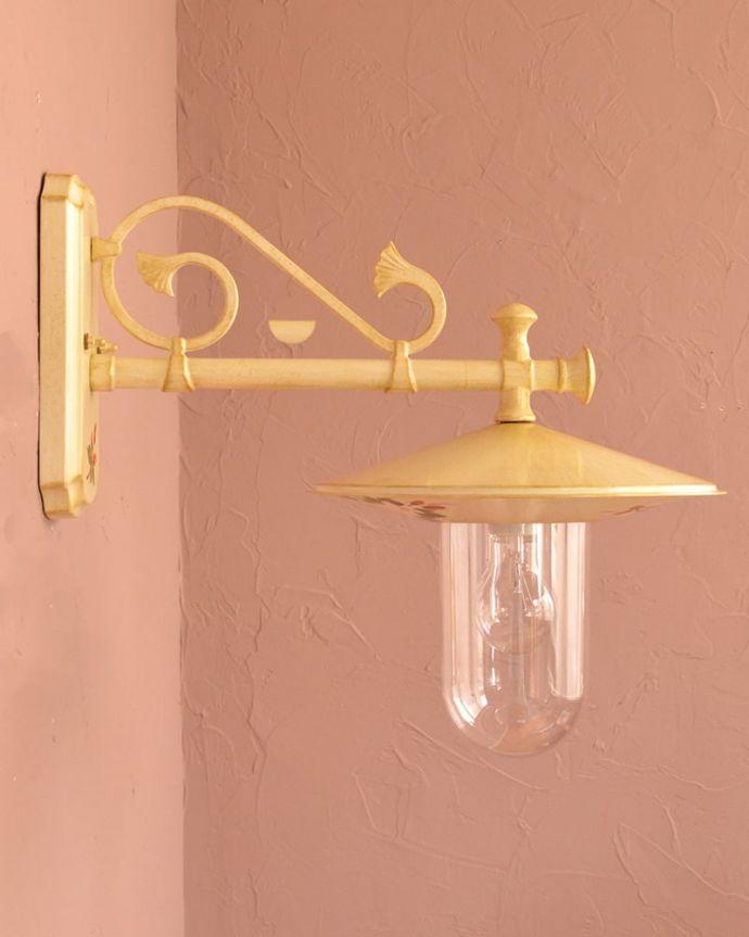 壁付けブラケット 照明・ライティング アンティーク調のおしゃれな外灯、お花の模様のウォールブラケット(アイボリー)(電球セット) 横から見ると・・・イタリア生まれらしく、横から見ても絵になるこだわったデザイン。(wr-117)