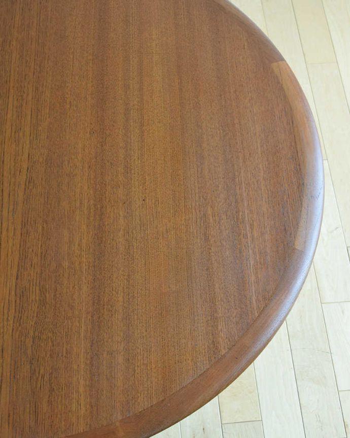 アンティークのテーブル アンティーク家具 座卓としても使えるヴィンテージ家具、北欧スタイルのコーヒーテーブル。近づいて見てみると・・・天板を近くで見て下さい。(x-1012-f)