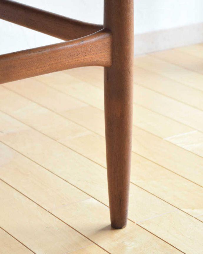 アンティークのテーブル アンティーク家具 座卓としても使えるヴィンテージ家具、北欧スタイルのコーヒーテーブル。持ち上げなくても移動できます!Handleのアンティークは、脚の裏にフェルトキーパーをお付けしていますので、床を滑らせてれば移動が簡単です。(x-1012-f)