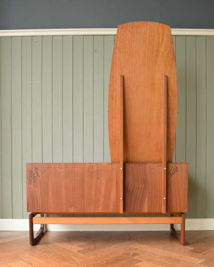 G-PLAN(Gプラン) アンティーク家具 G-PLANから初登場!とってもめずらしいヴィンテージのドレッシングチェスト。後ろ姿もキレイです。(x-1144-f)