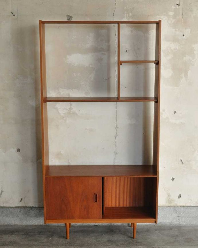 アンティークのキャビネット アンティーク家具 本棚や飾り棚に使えるヴィンテージ家具、イギリスで見つけたディバイダー。扉の中を開けみると・・・閉じれば見えない扉の中も、もちろん専門の職人がキレイに修復しました。(x-1178-f)