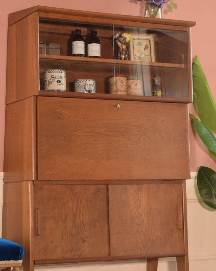 ビューロー アンティーク家具 ビューローキャビネット 扉の木目があたたかさを演出クールなデザインなのに、なんだかほっとするあたたかさ。(x-1359-f)