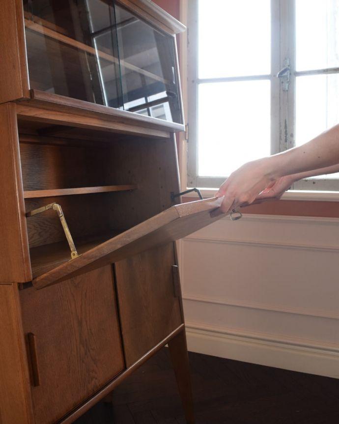 ビューロー アンティーク家具 ビューローキャビネット 扉は、支えでしっかり固定されるので、安心してお使いいただけます。(x-1359-f)