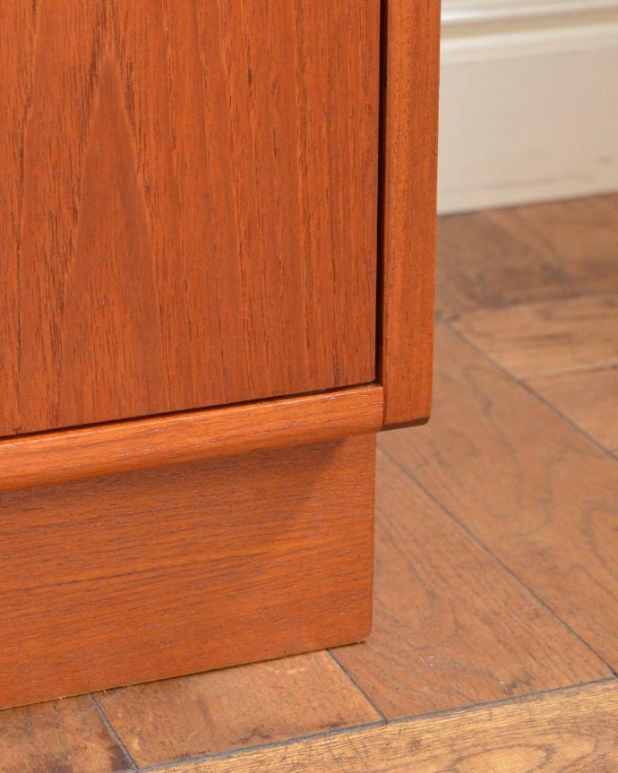 G-PLAN(Gプラン) アンティーク家具 G-PLANのヴィンテージ家具、引き戸付きのビューローキャビネット(デスク)。スッキリとした脚の裏には…Handleの家具の脚裏にはフェルトキーパーをお付けしています。(k-2595-f)