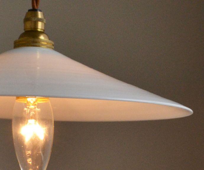 x-706-z アンティークミルクガラスランプの点灯のアップ