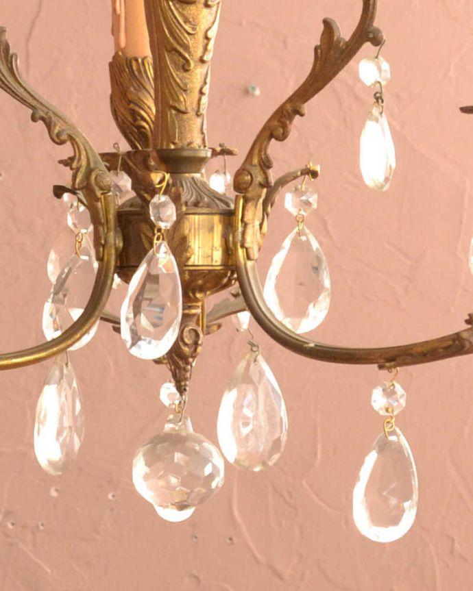 シャンデリア 照明・ライティング ガラスドロップがたっぷりと付いた、フランスの真鍮製シャンデリア(3灯)(E17シャンデリア球付)。。(x-729-z)