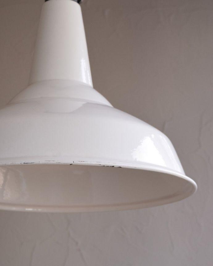 ペンダントライト 照明・ライティング 白いホウロウが可愛いビンテージの大きなペンダントライト(E26)。お部屋の中をふわっと彩りますペンダントライトは、灯りが付いていない時も目立つ存在。(x-779-z)