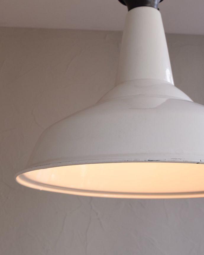 ペンダントライト 照明・ライティング 白いホウロウが可愛いビンテージの大きなペンダントライト(E26)。ホーローのもつ重厚感がクールでカッコいいんですホーローならではの明かりで、空間をあたたかく照らしてくれます。(x-779-z)