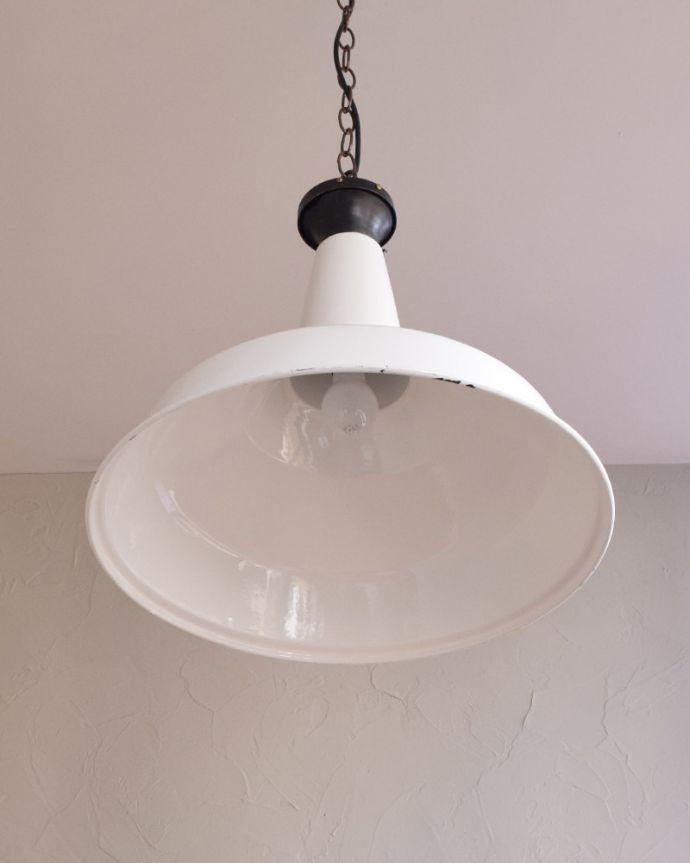 ペンダントライト 照明・ライティング 白いホウロウが可愛いビンテージの大きなペンダントライト(E26)。下から見上げると・・・実際に取り付けて下から見るとこんな感じです。(x-779-z)