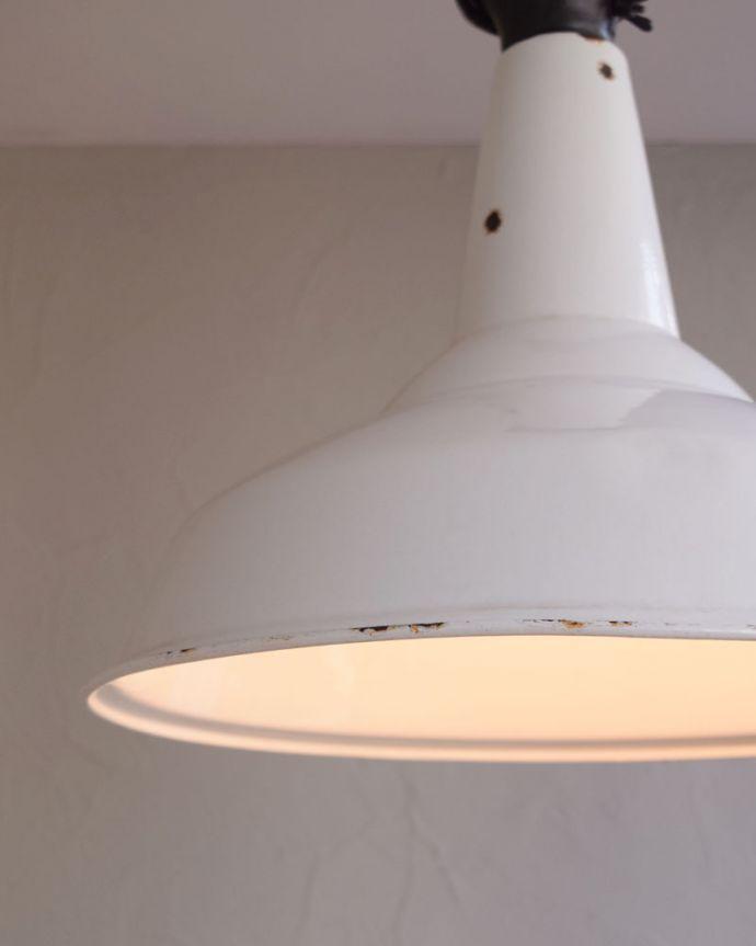 ペンダントライト 照明・ライティング カッコ可愛い北欧インテリア、白いホウロウのヴィンテージペンダントライト(E26)。ホーローのもつ重厚感がクールでカッコいいんですホーローならではの明かりで、空間をあたたかく照らしてくれます。(x-780-z)