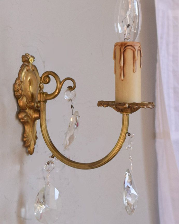 壁付けブラケット 照明・ライティング フランスアンティーク照明、ガラスドロップ付きのウォールシャンデリア(E17シャンデリア球付)。夜のお部屋をドラマティックに・・・壁を照らすとお部屋がなんだかステキに見えてきます。(x-783-z)