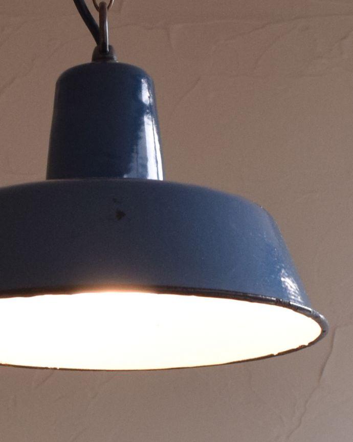 x-824-z アンティークエナメルランプの点灯時アップ