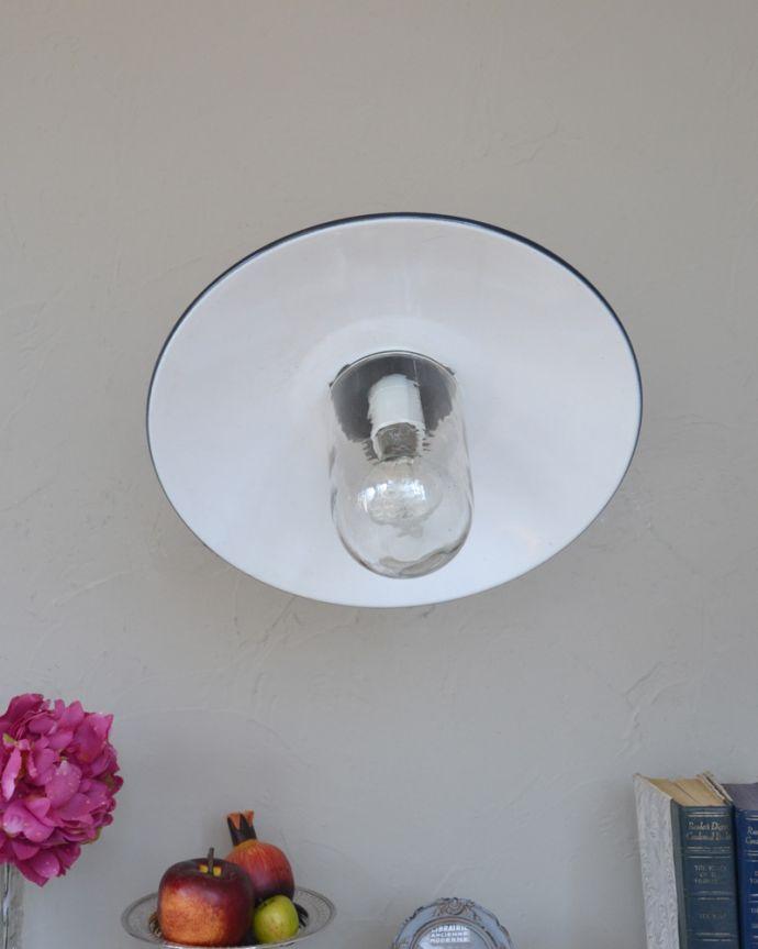 壁付けブラケット 照明・ライティング フランスの黒いアンティークデッキランプ、ポーチライト(外灯)(E26球付)。ガラスのカバーが付いているので外灯に使えます。(x-845-z)