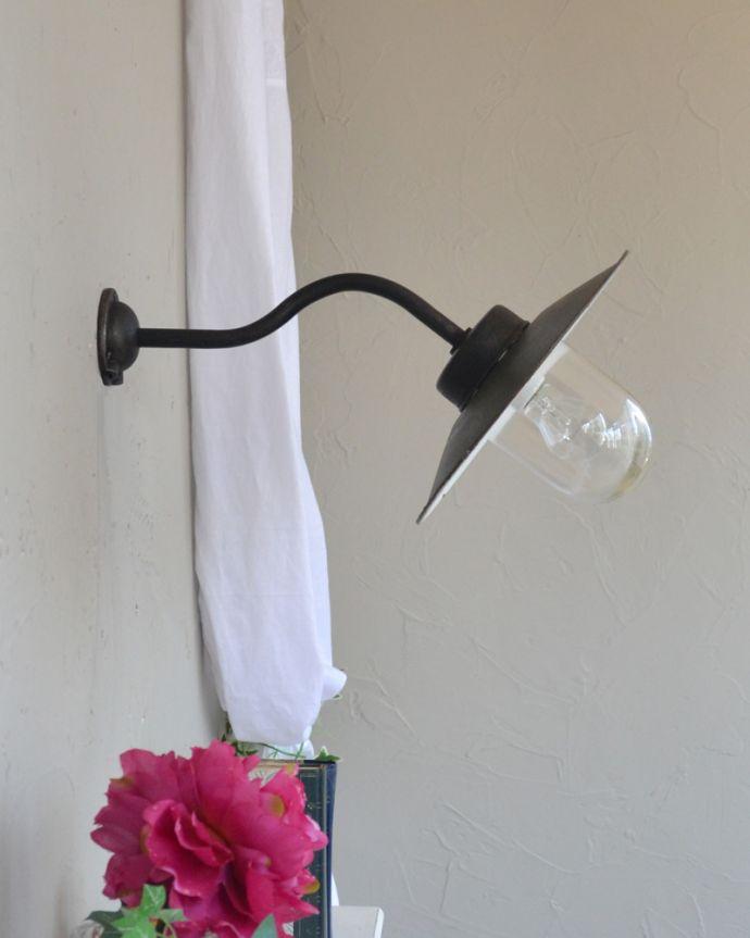 壁付けブラケット 照明・ライティング フランスの黒いアンティークデッキランプ、ポーチライト(外灯)(E26球付)。横から見ても絵になるデザインです。(x-847-z)