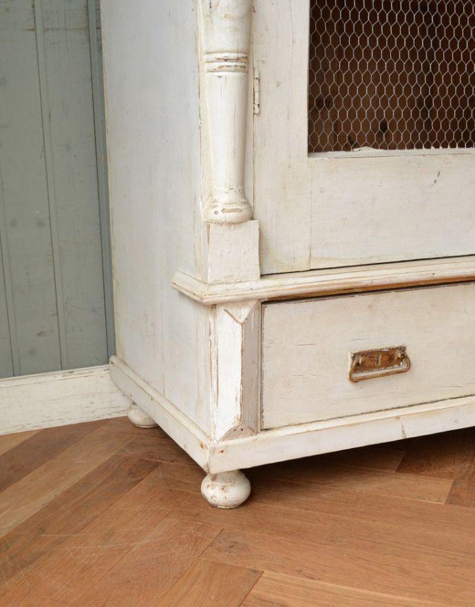 アンティークのキャビネット アンティーク家具 ペイント仕上げのアンティーク家具、フランスのグリアージュキャビネット。女性でも運べちゃう理由は・・・Handleのアンティークは、脚の裏にフェルトキーパーをお付けしていますので、重い家具でも床を滑らせれて移動出来ます。(x-851-f)