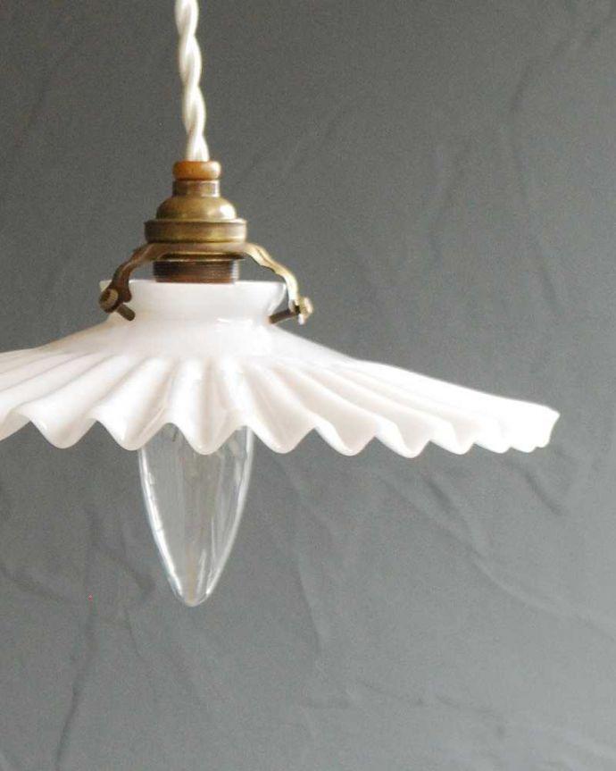 ペンダントライト 照明・ライティング フランスのミルクガラスフリルシェードランプ(コード・シャンデリア電球・ギャラリーA付き)。。(x-885-z)