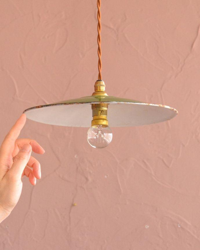 照明・ライティング ランプシェード 一点ものの魅力アンティークのホウロウには、必ずチップと言うガラス質が欠けた部分があります。(x-943-z)