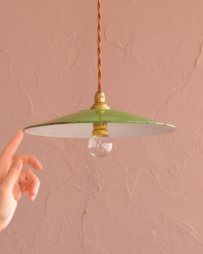 照明・ライティング ランプシェード 一点ものの魅力アンティークのホウロウには、必ずチップと言うガラス質が欠けた部分があります。(x-945-z)