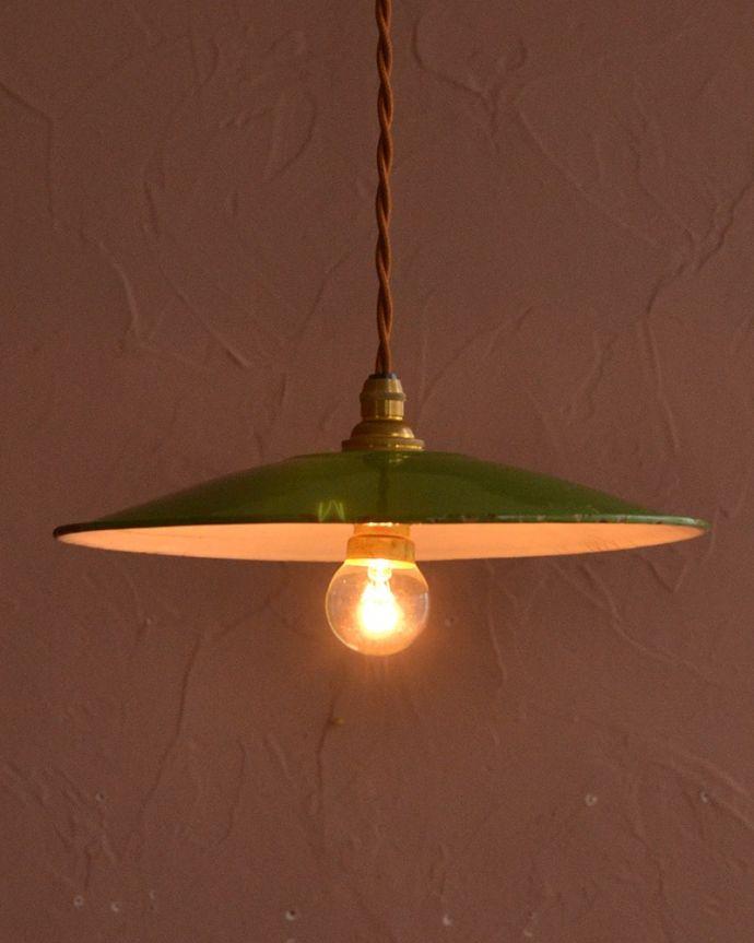 照明・ライティング ランプシェード ほっこりあたたかい雰囲気ホウロウで出来たアンティークのシェードは、ほっこりとあたたかい雰囲気が人気です。(x-946-z)