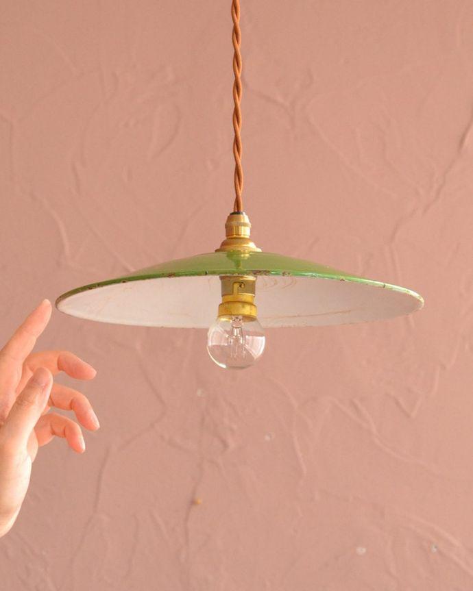 照明・ライティング ランプシェード 一点ものの魅力アンティークのホウロウには、必ずチップと言うガラス質が欠けた部分があります。(x-946-z)