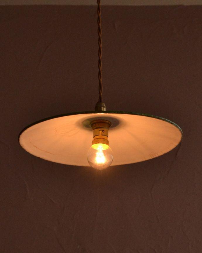 照明・ライティング ランプシェード 夜になると・・・ふわっとした優しい灯りで周りを包み込んでくれます。(x-946-z)