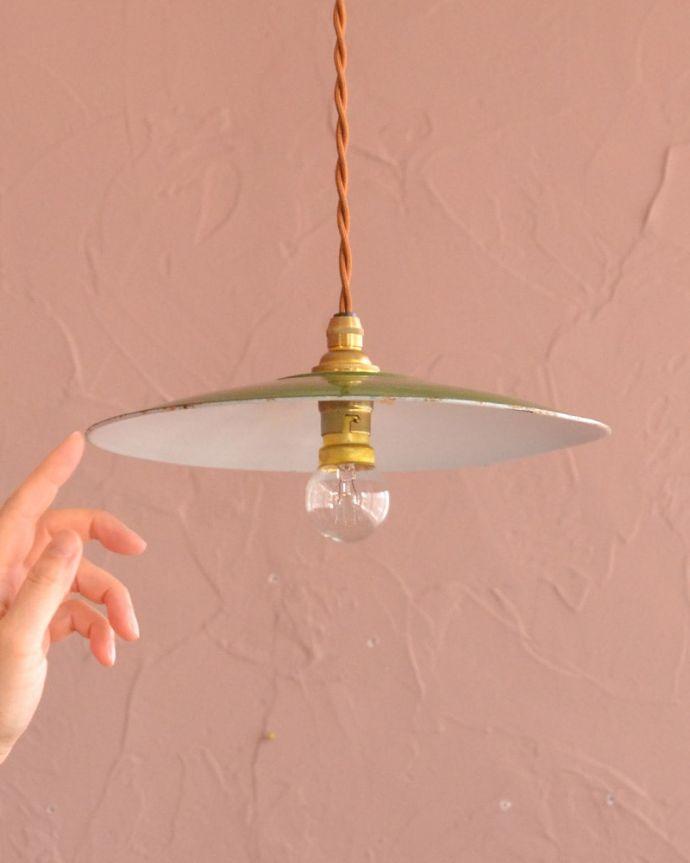 照明・ライティング ランプシェード 一点ものの魅力アンティークのホウロウには、必ずチップと言うガラス質が欠けた部分があります。(x-947-z)