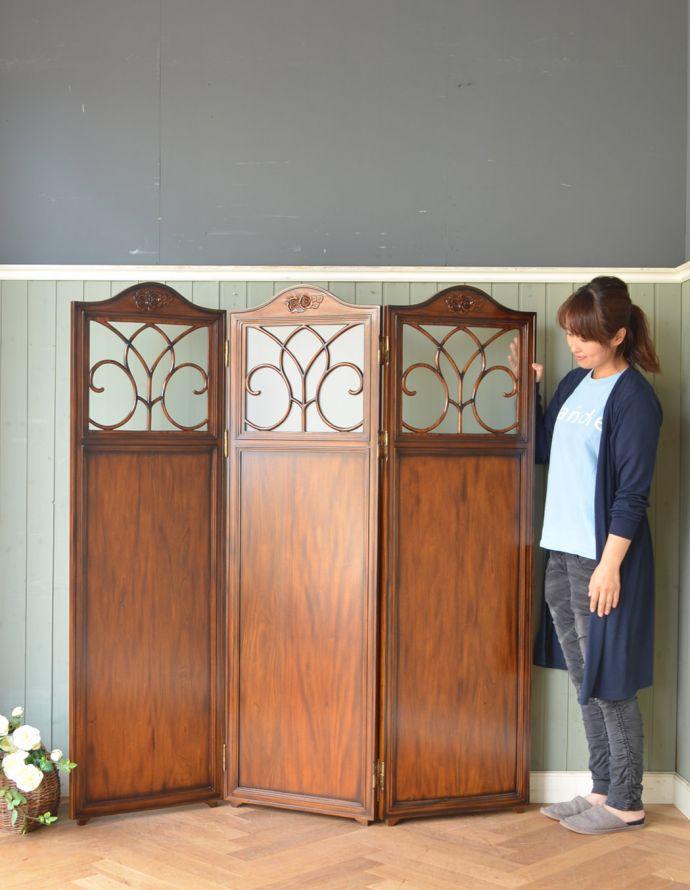 アンティーク風の家具 アンティーク風 アンティーク風 のパーテーション、間仕切りに使えて便利な屏風。見た目がおしゃれなパーテーション(屏風)アンティーク風のデザインで仕上げた木製の間仕切り家具、パーテーションは、どこにでも置けてちょっとした間仕切りに使えて便利です。(y-120-f)