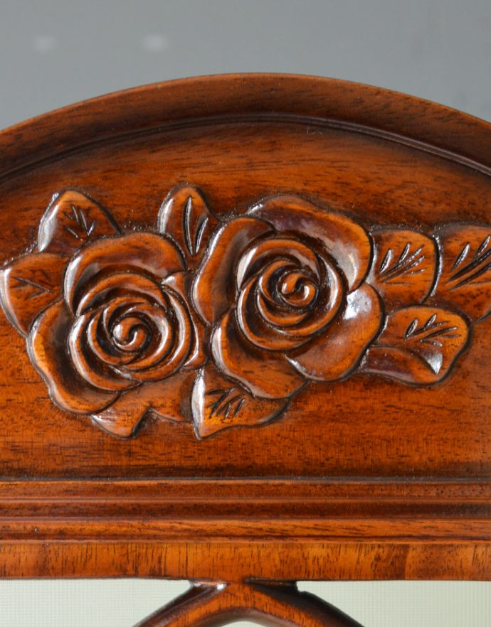 アンティーク風の家具 アンティーク風 アンティーク風 のパーテーション、間仕切りに使えて便利な屏風。可愛い薔薇の彫が入っていますトップの部分には美しい薔薇の模様の彫が。(y-120-f)