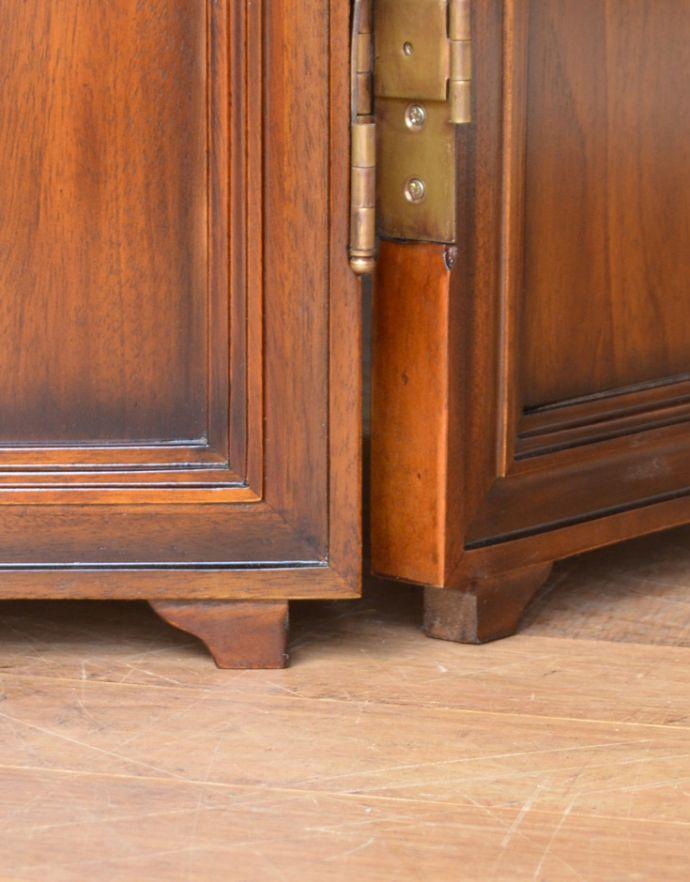 アンティーク風の家具 アンティーク風 アンティーク風 のパーテーション、間仕切りに使えて便利な屏風。持ち上げなくても移動できます!Handleの家具は、脚の裏にフェルトキーパーをお付けしていますので、持ち上げなくても床を滑らせて移動させることが出来ます。(y-120-f)