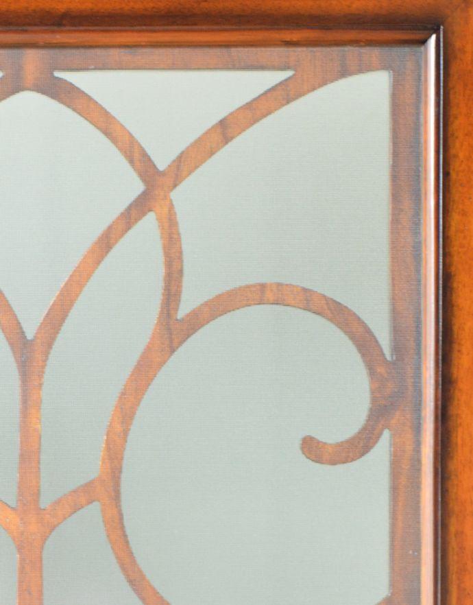 アンティーク風の家具 アンティーク風 アンティーク風 のパーテーション、間仕切りに使えて便利な屏風。ガラス入り美しい透かし彫りの部分には、ガラスが入っています。(y-120-f)